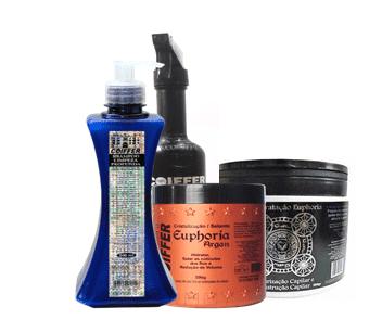 Профессиональный набор для выпрямления и ухода за вьющимися и поврежденными волосами Euphoria, 2х500мл+500гУвлажнение волос&#13;<br>&#13;<br>Разглаживание кутикулы&#13;<br>&#13;<br>Разглаживание волос и продление эффекта выпрямления&#13;<br>&#13;<br>Сокращение пушистости. (эффект anti-frizz)&#13;<br>&#13;<br>&#13;<br>  &#13;<br>&#13;<br>&#13;<br>Активные компоненты из Марокко и Марракеша: Аргановое масло, экстракт из кофейных зерен, экстракт полыни, экстракт тысячелистника, глиоксиловая кислота, аминокислоты кератина.&#13;<br>&#13;<br>&#13;<br>  &#13;<br>&#13;<br>&#13;<br>ПРИМЕНЕНИЕ:&#13;<br>&#13;<br>1.Вымыть волосы 2 раза, используя шампунь Limpeza Profunda&#13;<br>&#13;<br>2. Высушить волосы на 50-100% (чем интенсивнее завиток, тем более сухими должны быть волосы).&#13;<br>&#13;<br>3.Прядь за прядью нанести маску Euphoria Argan на все волосы, отступая на 1 см. от кожи головы и оставить на 20-40 минут, затем слегка сполоснуть, удалив 20% продукта.&#13;<br>&#13;<br>4.Высушить волосы на 100% и прогладить утюжком при температуре 180-230, выделяя тонкие пряди, 10-15 раз.&#13;<br>&#13;<br>5.После остывания волос (20 минут), промыть их комфортной водой и сделать укладку.<br>