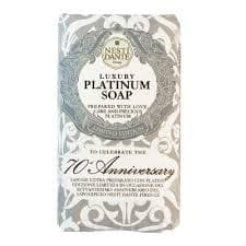 Мыло Юбилейное платиновое Platinum Soap, 250 грК 70-и летию создания компании, Nesti Dante выпустила лимитированное мыло Luxury Platinum Soap 70th Anniversary содержащее драгоценную платину, которая, благодаря своим качествам, высоко ценится не только в ювелирной области, но и в медицине. Платина способна удерживать влагу на коже, гарантируя естественное ощущение чистоты. Также она является природным антиоксидантом, придает коже упругость и здоровой вид. С ароматом Флорентийской камелии и белого Тосканского жасмина<br>