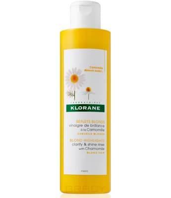 Ополаскиватель, усиливающий сияние светлых волос с Ромашкой, 200 млУсиливающий сияние волос ополаскиватель от Klorane придаёт светлым локонам потрясающий блеск. Экстракт ромашки делает их мягкими и дарит лёгкий золотистый оттенок. Благодаря кислому уровню pH, данный продукт закрывает чешуйки волоса, уменьшая его пористость. Содержащаяся в формуле гликолевая кислота не допускает шелушения кожи головы. Специальный катионный комплекс предотвращает спутывание и электризацию.&#13;<br> &#13;<br> Способ применения:&#13;<br> Ополаскиватель может быть использован в чистом виде или разбавленный.&#13;<br> В чистом виде: нанесите небольшое количество ополаскивателя после мытья волос шампунем, распределите по всей длине, а затем смойте водой.&#13;<br> Разбавленный: развести 2 колпачка ополаскивателя в 1 литре чистой воды, перемешать. Сполосните полученным раствором волосы после мытья шампунем.&#13;<br> &#13;<br> Состав:&#13;<br>Aqua, Vinegar (Acetum), Chamomilla Recutita, Amodimethicone, Cetrimonium Chloride, Parfum (Fragrance), Trideceth-12, CI 19140, CI 15985.<br>