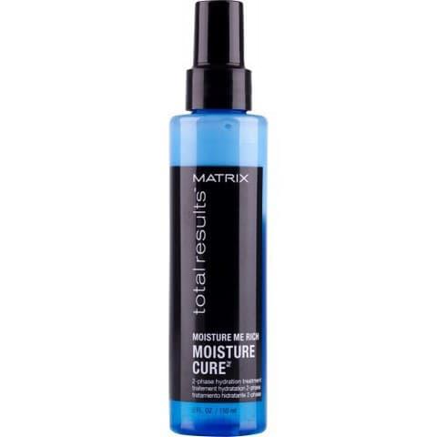 Увлажняющий спрей для волос Total Results Moisture Me Rich Moisture Cure, 150 млДвухфазный несмываемый спрей - гладкость, интенсивное сияние, восстановление волоса изнутри и по всей поверхности, защита волос от неблагоприятного воздействия окружающей среды.&#13;<br>&#13;<br>&#13;<br>&#13;<br>Создан на основе формулы, которая не утяжеляет волосы, увлажняет и питает их на длительное время, предотвращает запутывание волос, дарит им потрясающий блеск.&#13;<br>&#13;<br>&#13;<br>&#13;<br>Двухфазный кондиционер-спрей: белая фаза содержит абрикосовое масло, которое делает волосы гладкими и блестящими, голубая фаза содержит глицерин и витамин Е, который придаёт волосам мягкость и длительное увлажнение.&#13;<br>    &#13;<br>  При регулярном использовании полностью восстанавливает волосы изнутри и снаружи, они выглядят здоровыми и легко расчесываются, помогает защитить волосы от внешних агрессивных воздействий.&#13;<br>&#13;<br>&#13;<br>&#13;<br>Способ применения:&#13;<br>&#13;<br>Перед применением хорошо встряхнуть флакон, нанести на подсушенные полотенцем волосы. Расчесать и приступить к укладке.<br>