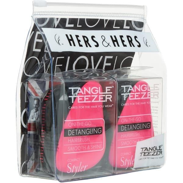Набор расчесок Compact Styler Hers &amp;amp; Hers (2 шт)Tangle Teezer Compact Styler - профессиональная расческа, отлично подходит для всех типов волос. Оригинальная и уникальная форма зубчиков обеспечивает двойное действие позволяет расчесать сухие и влажные волосы легко и быстро, без рывков и усилий. Расческа мягко скользить по волосам, распутывая их, сводя к минимуму разрушение и выпадение волос. Идеальна при нанесении кондиционера на ваши волосы, обеспечивает легкое и равномерное распределение средства на волосы, фиксирует ваши пряди при дальнейшей сушке феном. Расческа Tangle Teezer идеальна для расслабляющего массажа головы. Расческа стала более компактной и удобной для переноски, на зубчики одевается защитный колпачок, предохраняющий их от повреждений. Благодаря эргономичной форме расческа удобно ложиться в ладонь, позволяя более творчески подойти к процессу укладки. &#13;<br> &#13;<br>  &#13;<br> &#13;<br> &#13;<br>Особенности расчески Tangle Teezer Compact Styler:&#13;<br> &#13;<br>Подходит для всех типов волос&#13;<br> &#13;<br>Идеально подходит при расчесывании как сухих, так и мокрых вол...<br>